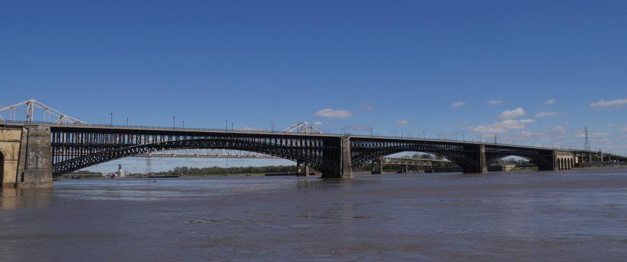 Long view of Eads Bridge
